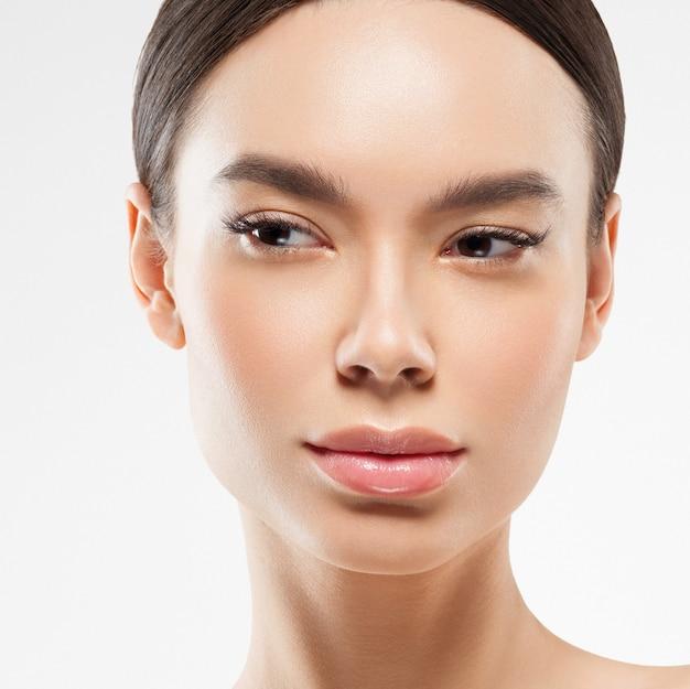 Azië schoonheid vrouw gezonde huid gezicht schone frisse huid spa. studio opname. geïsoleerd op wit.