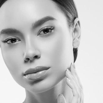 Azië schoonheid vrouw gezonde huid gezicht schone frisse huid spa. studio opname. monochroom. grijs. zwart en wit.