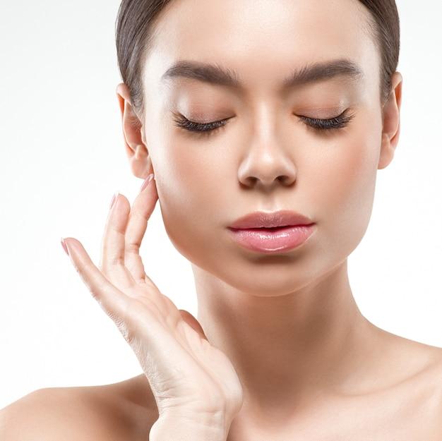 Azië schoonheid vrouw met gesloten ogen gezonde huid gezicht schone frisse huid spa. studio opname. geïsoleerd op wit.