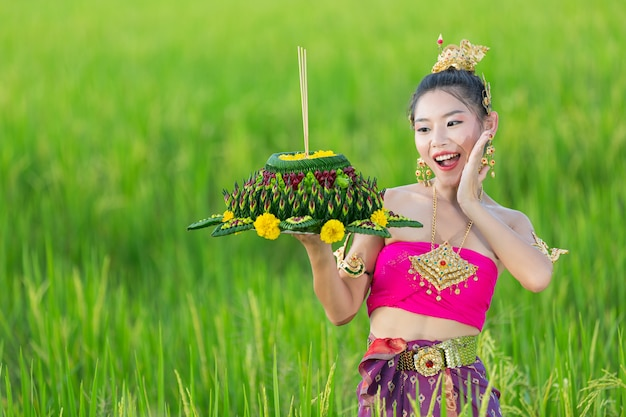 Azië vrouw in thaise jurk traditionele greep kratong. loy krathong-festival