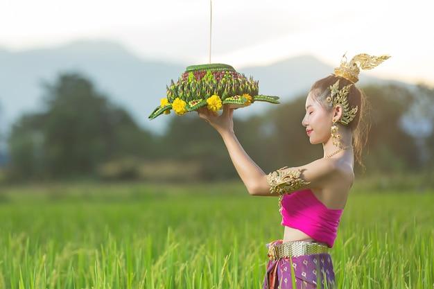 Azië vrouw in thaise jurk traditionele greep kratong. loy krathong-festival