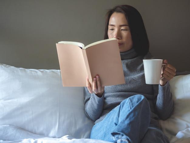 Azië vrouw levensstijl binnenshuis
