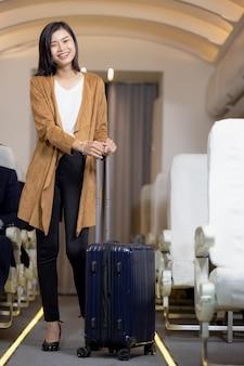 Azië vrouw reiziger met koffer in vliegtuig concept. vakantietijd in vakantie rust en ontspanning.