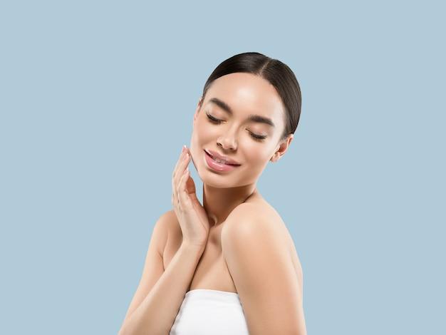 Azië vrouw schoonheid gezicht lichaam portret wat betreft haar gezicht gezonde huid. kleur achtergrond. blauw