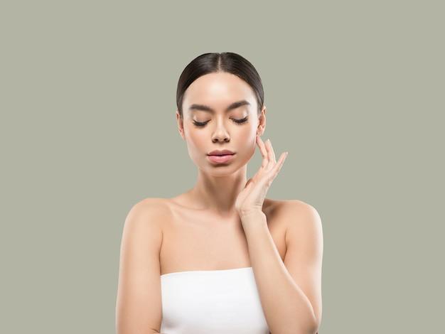 Azië vrouw schoonheid gezicht lichaam portret wat betreft haar gezicht gezonde huid. kleur achtergrond. groente