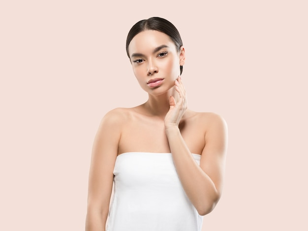 Azië vrouw schoonheid gezicht lichaam portret wat betreft haar gezicht gezonde huid. kleur achtergrond. roze