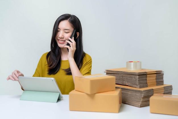 Azië vrouw start up for business online. mensen met online winkelen mkb-ondernemer of freelance werkconcept. bannerformaat