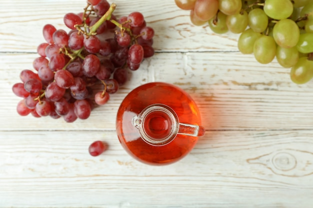 Azijn en druif op witte houten tafel