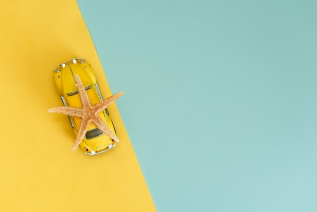 Azov, rusland-mei 16, 2019: gele retro speelgoedauto op geel