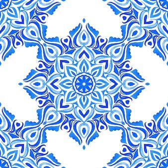 Azulejo blauw en wit hand getrokken tegel naadloze sier aquarel verf patroon.