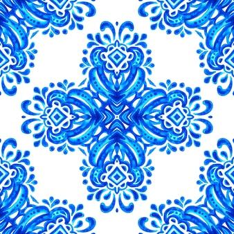 Azulejo tegel ontwerpstijl. abstracte blauwe en witte hand getekende naadloze decoratieve aquarel patroon. elegante ouderwetse textuur voor stof en wallpapers, achtergronden en paginavulling.