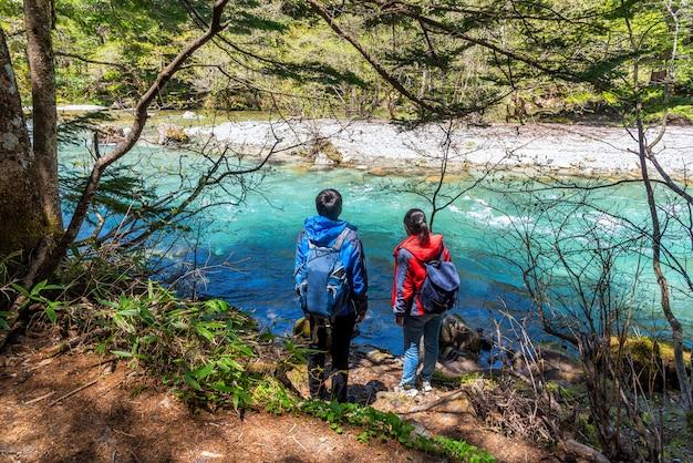 Azusa turquoise kleur rivier in kamikochi in noord-japan alpen met man en vrouw.