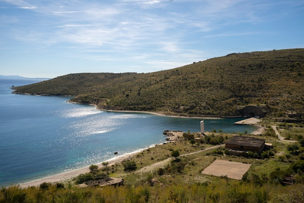 Azuurblauwe baai in porto palermo dichtbij himare in albanië.