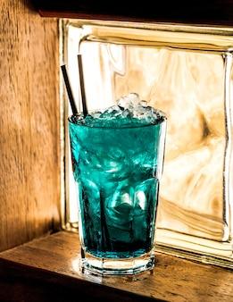 Azuurblauwe cocktail op tafel