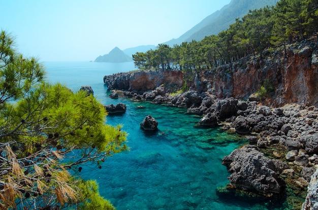 Azuurblauwe middellandse zeekust natuurlijk uitzicht op helder water turkse rivièra