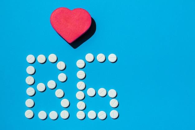 B 6 vitaminepillen op een blauwe achtergrond speciale behandeling voor mensen met een dieet