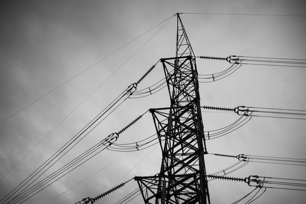 B&w power line, hoogspanningspool, hoogspanning toren hemelachtergrond
