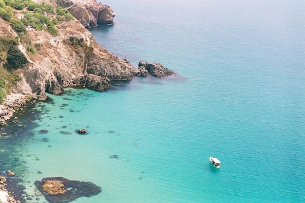 Baai aan de kust van de zwarte zee in de zomer