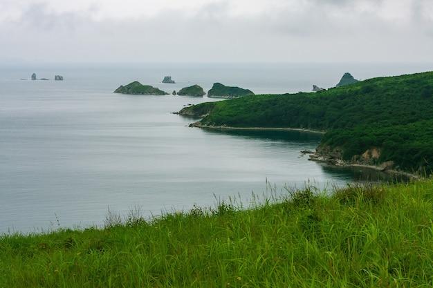 Baai van de zee vanaf de top van een heuvel van een bergachtige kust met een eiland