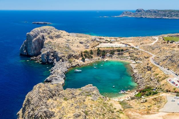 Baai van st. paul. uitzicht vanaf de akropolis van de stad lindos. rhodos, griekenland