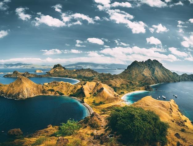 Baaien bergen bewolkte lucht luchtfoto padar spectaculair panoramisch overzicht de baaien en bergen van