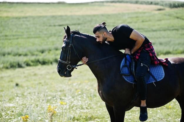 Baard man met paard