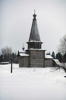 Baardman in traditioneel winterkostuum uit de middeleeuwen in rusland