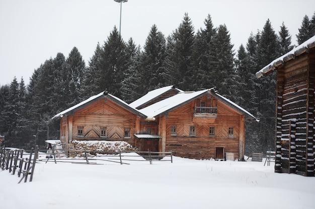 Baardmens in traditioneel de winterkostuum van boer middeleeuwse leeftijd in rusland