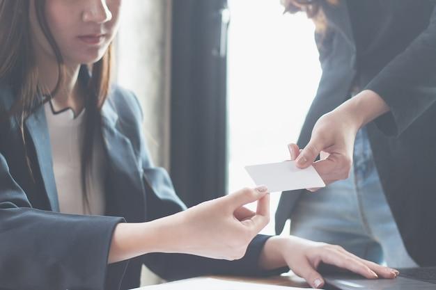 Baas consign lege visitekaartje voor secretaris, close-up hand met lege visitekaartje