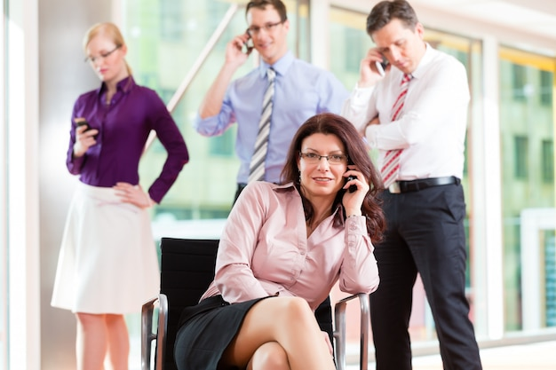 Baas en medewerkers op kantoor