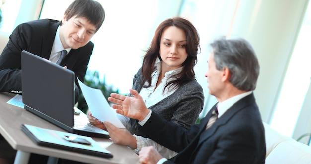 Baas en personeel bij het bespreken van het werkdocument. foto met kopieerruimte