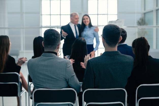 Baas en zakelijk team feliciteren de beste werknemer met applaus. succes concept