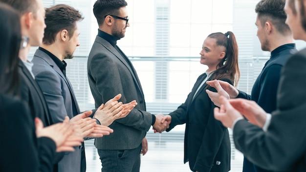 Baas feliciteert de beste werknemer op een werkvergadering. concept van succes