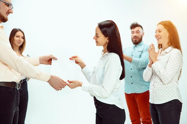 Baas goedkeuren en feliciteren met jonge succesvolle werknemer