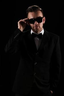 Baas, heer. aantrekkelijke zakenman in zwart pak