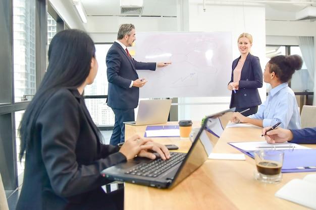 Baas-leider ontmoeting met zakelijk teamwork en training voor marketing succes van businessplan
