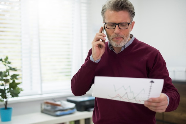 Baas maakt wat zaken via mobiele telefoon