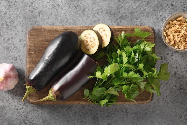 Baba ganoush levantijnse keuken voorgerecht van gebakken aubergine met peterselie, knoflook en olijfolie