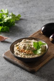 Baba ganoush van gebakken aubergine met peterselie knoflook en olijfolie