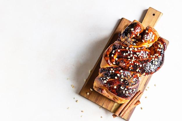 Babka- of briochebrood met abrikozenjam en noten. zelfgemaakt gebak als ontbijt. bovenaanzicht.