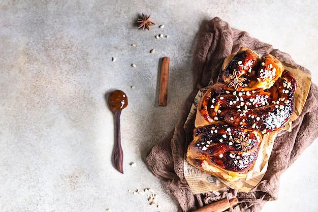 Babka- of briochebrood met abrikozenjam en noten. zelfgemaakt gebak als ontbijt.