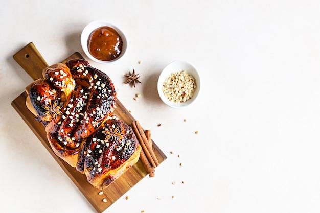 Babka- of briochebrood met abrikozenjam en noten