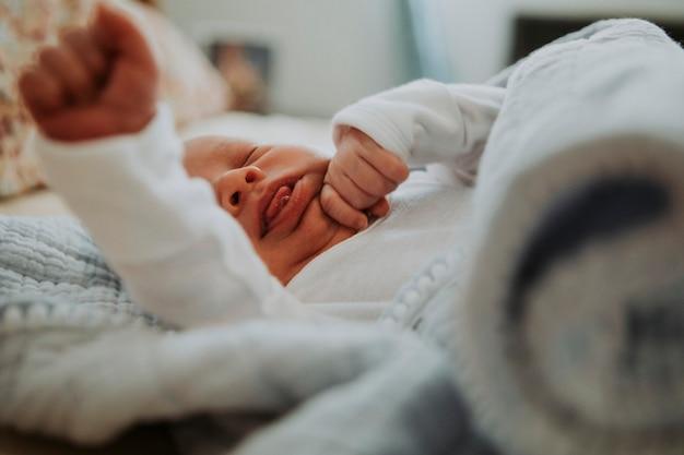 Baby baby op een bed geeuwen