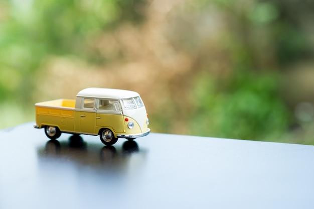 Baby car toy car klassiek speelgoed car concept en er is een kopie ruimte.