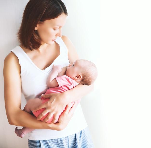 Baby die moedermelk eet moeder die borstvoeding geeft mooie moeder die haar pasgeboren kind borstvoeding geeft