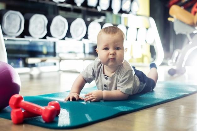 Baby doet oefeningen