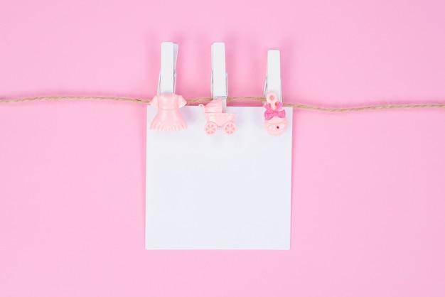 Baby doop concept. themafeest is een meisje. foto van leuke mooie accessoires voor babydouche geïsoleerd op pastel kleur achtergrond Premium Foto
