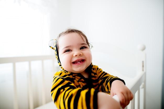 Baby draagt tijgerkostuum.