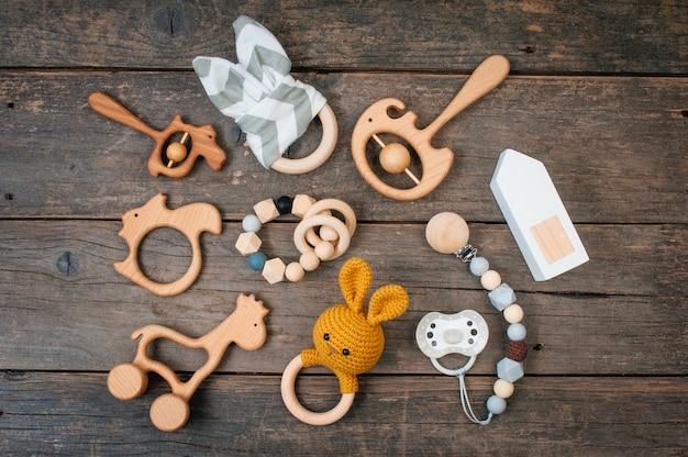 Baby eerste houten speelgoed, zitzakken en bijtringen op rustiek