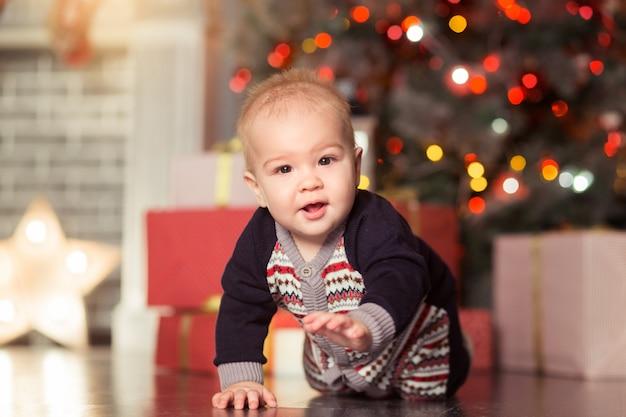 Baby eerste hristmas mooie kleine babyjongen viert kerstmis nieuwjaar